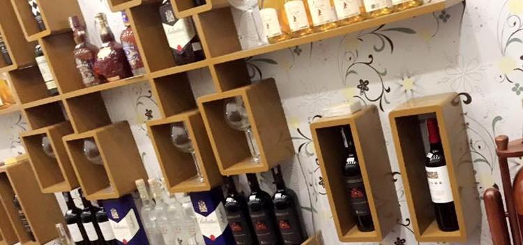 hình ảnh Thiết kế và sản xuất giá treo tường tại Shop rượu 162 Lê Lợi, Hải Phòng